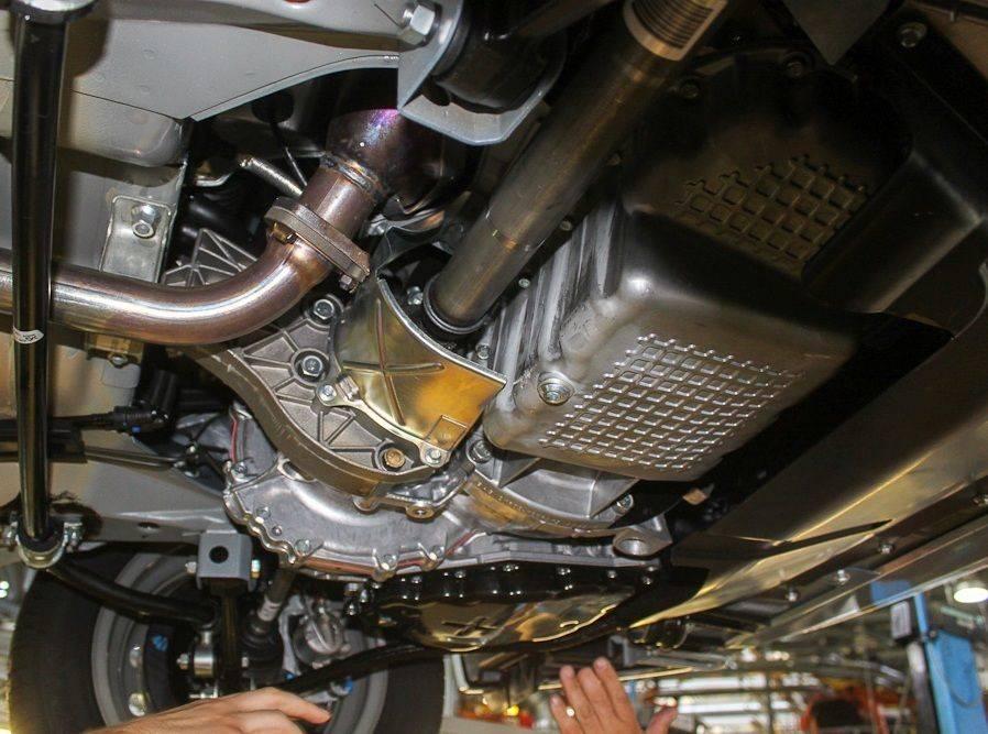 Машина на подъемнике: процесс замены смазки
