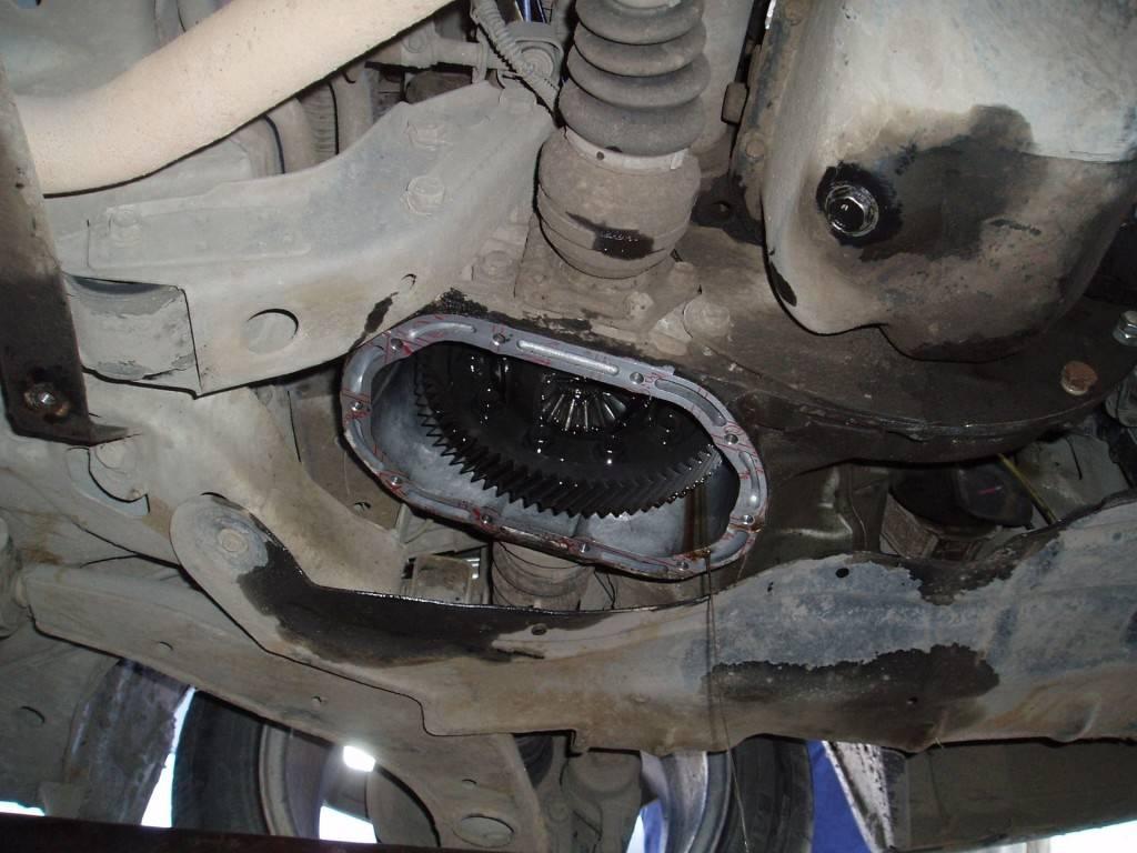 Слив старой смазки из КПП автомобиля