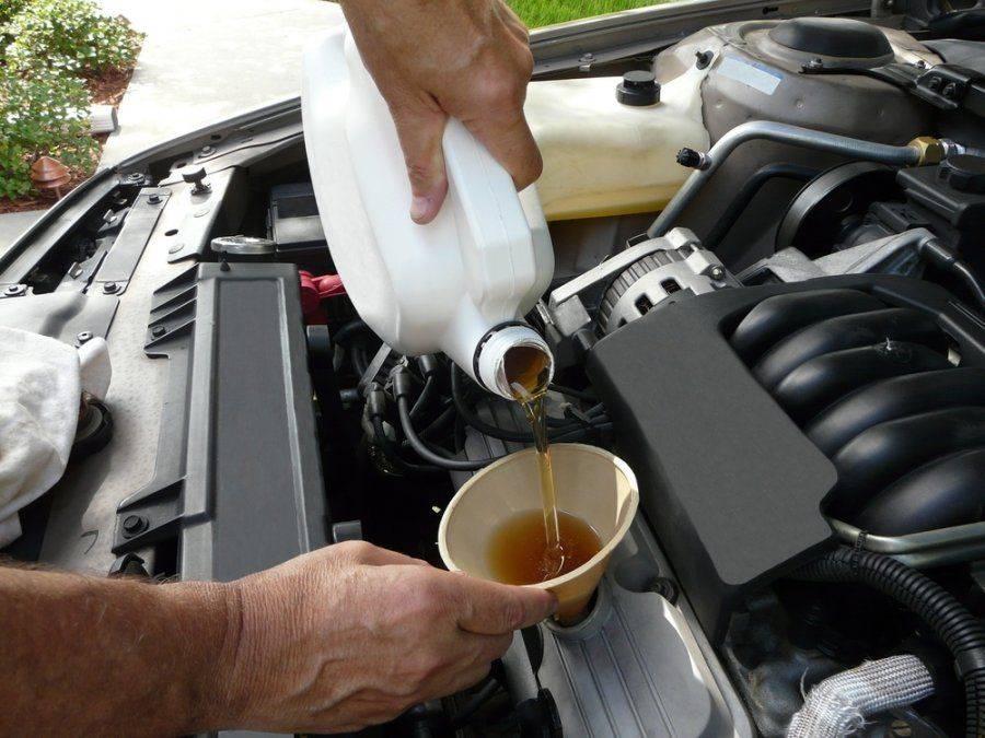 Заливка нового моторного масла до необходимого уровня