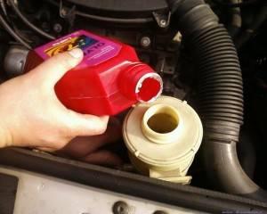 Заливка нового масла в двигатель